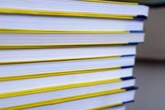 Främre sikt för boksidor som upp staplas upp, slut royaltyfri fotografi