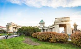 Främre sikt för bred vinkel av den Kazan domkyrkan i St Petersburg arkivfoto