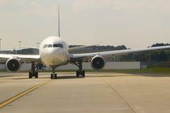 främre sikt för flygplan Arkivbild
