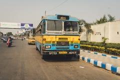 Främre sikt för indierTata buss, chaufför a Royaltyfria Foton