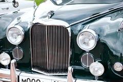 Främre sikt för klassisk gammal bilnärbild Arkivbild