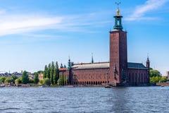 Främre sikt för sommar av det berömda stadshuset för tegelstenbyggnad royaltyfri foto