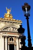 Främre sikt för storslagen för operaParis Garnier guld- staty och fasad framme av gamla lyktstolpar Frankrike arkivfoto