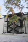Främre sikt för svart trappa för metall nöd- Arkivbild
