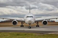 Främre sikt för trafikflygplan Arkivbild