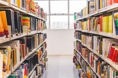 Främre sikt från en bokkorridor i ett arkiv arkivfoton