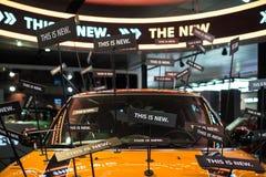 Främre sikt på delen av den nya orange moderna bilen med stilfull garnering Fotografering för Bildbyråer