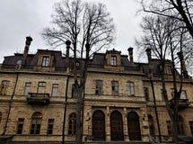 Främre sikt på den estländska akademin av vetenskaper i Tallinn royaltyfria foton