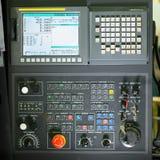 Främre sikt på kontrollbordet för cnc-malningmaskin Royaltyfri Fotografi