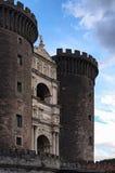 Främre sikt till den nya slotten Castel Nuovo Det är en medeltida slott som framme lokaliseras av piazza Municipio Royaltyfri Fotografi