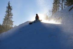 främre sittande snowboardersun Royaltyfri Bild