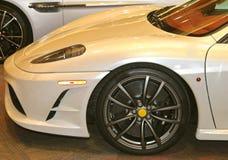 Främre slut av en exotisk Pearl White Ferrari sportbil Arkivbild
