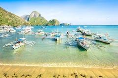 Främre strand med longtailfartyg i El Nido Palawan Royaltyfria Bilder