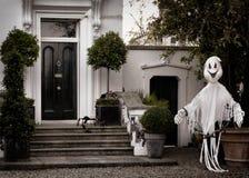 Främre trädgårds- garnering för halloween med den läskiga spöken Arkivfoto