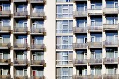 Främre vägg för modern byggnad med att upprepa modellen av fönster och balkongen Arkivfoton