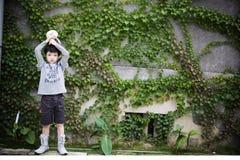 främre vägg för pojke Arkivbilder
