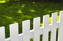 främre vit gård för staket Royaltyfri Fotografi