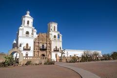 Främre yttre sikt av San Xavier del Bac Mission, Tucson arkivfoton