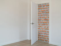 Främst öppen dörr för tegelstenvägg, royaltyfria foton