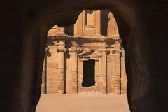 Främst sikt för grotta av El Deir eller kloster Arkivfoto