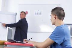 Främst whiteboardskärm för manlig högtalare som ger presentation arkivbilder