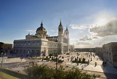 Främsta fasad av Almudena Cathedral madrid spain arkivfoto
