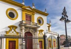 Främsta fasad av Plaza de Toros de Sevilla i barock stil arkivfoto