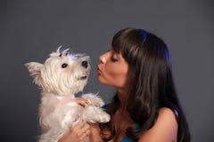Främsta hållande vit terrierhund för vuxen kvinnlig arkivbilder