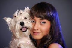Främsta hållande vit terrierhund för vuxen kvinnlig royaltyfria foton