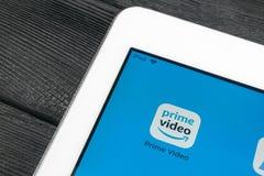 Främsta video applikationsymbol för amason på närbild för Apple iPadpro-skärm AmasonPrimeVideo app symbol Främsta applikation för royaltyfri bild