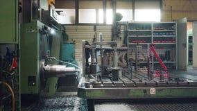 Fräsmaschine CNC in Metallarbeitsfabrik stock video footage