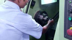 Fräsmaschine CNC produziert Metalldetail über Fabrik stock footage