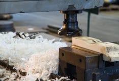 Fräsmaschine der Schneider mit Schrott Lizenzfreie Stockfotos