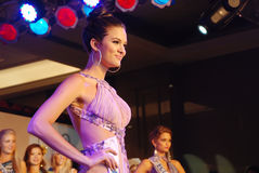 Fräulein Brasilien, das nationales Kostüm trägt Stockbilder