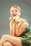 Fräulein im Nightdress mit einem Spielzeug Lizenzfreie Stockfotos