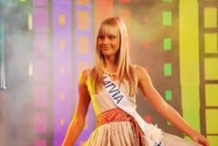 Fräulein Lettland, das nationales Kostüm trägt Lizenzfreie Stockfotos
