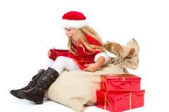 Fräulein Sankt überraschte vom Inhalt ihres Geschenks Lizenzfreies Stockfoto