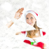 Fräulein Santa, das durch schneebedecktes Fenster späht Stockbilder