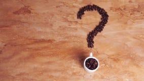 fråga för bönakaffefläck Ett tecken från kaffebönorna på den marmor virkade tabellen white för bönakaffekopp stock video