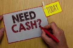Fråga för behov för ordhandstiltext kontant Affärsidé för som frågar någon, om du behöver extra pengar eller inte Man hållande ma royaltyfri foto
