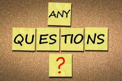 Fråga för frågor efter en presentation på korkaffischtavlan royaltyfri fotografi