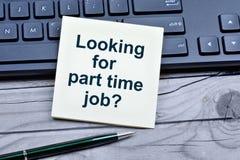 Fråga som söker efter deltids- jobb på anmärkningar royaltyfria foton