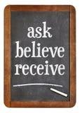 Fråga, tro, motta på svart tavla Royaltyfria Foton