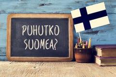 Frågan talar du finska? skriftligt i finska royaltyfri foto