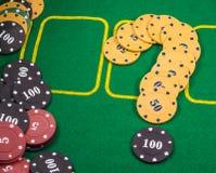 Frågefläck av chiper som spelar poker Royaltyfri Foto