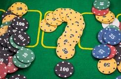 Frågefläck av chiper som spelar poker Arkivbild