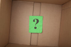 Frågefläck inom av en kartong Arkivfoton