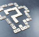 Frågefläck som göras med domino arkivbilder