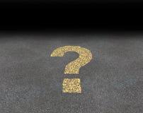 Frågefläck som målas på en väg Arkivfoto