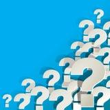 Frågefläckar som är vita i hörnet på en blå bakgrund Royaltyfri Bild
